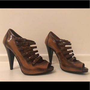 BALLY Guniga Leather Buckle Peep Toe Pump - 38.5